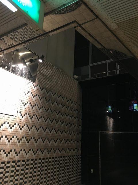 エレベーターホールは半分吹き抜けの開放的な空間。