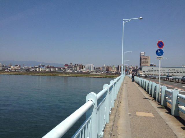 淀川を渡る。