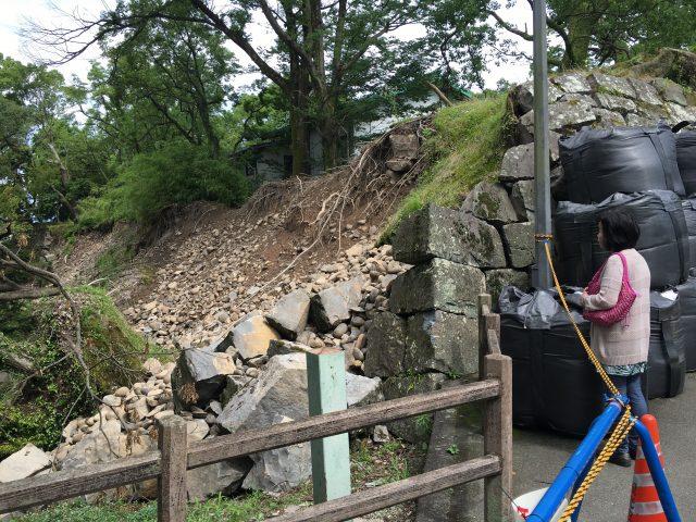 震災の後を見つめる母。このあと熊本城をぐるっとまわった。元気。