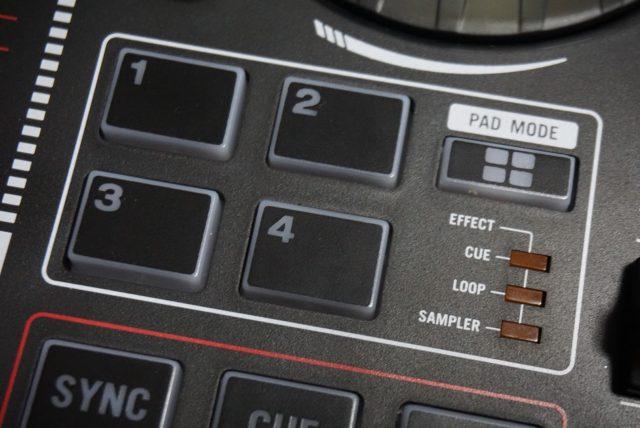 PADは切り替えボタンで色んな用途に変化。VirtualDJでは4段階に切り替わります。