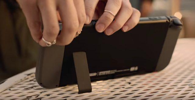 裏面は動画から。LRボタンの他にトリガーのようなものも確認できる。